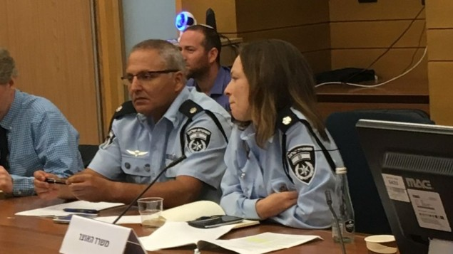 مفتش الشرطة غابي بيتون في Police Superintendent Gabi Biton at an August 2, 2017 Knesset panel devoted to a proposed law to ban Israel's binary options industry (Simona Weinglass/Times of Israel)