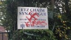 Des graffitis à la synagogue Etz Chaim de Leeds (Crédit :  UK Jewish News)