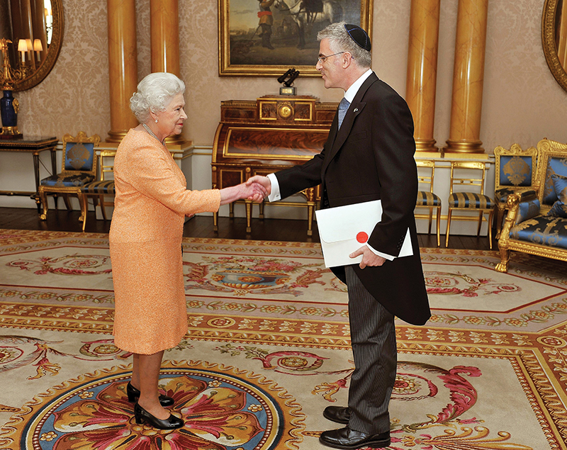 Daniel Taub presenting his credentials to her Majesty the Queen