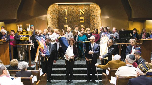 BL07-F-Partisan-Hymn-with-Torahs-and-audience