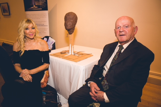 Frances Segelman with Ben Helfgott after having sculpted him  Credot: Yad Vashem UK