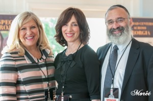 Honoree Sandra Bank (left) received praise from Dassie New and Rabbi Yossi New at the Kosher Food & Wine Atlanta festival. (Photo by Bonnie Moret)