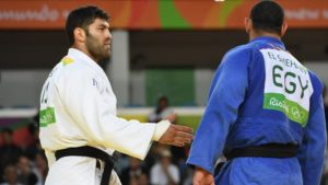 Egypt's Islam El-Shahaby (blue) refuses to shake hands after defeat by Israel's Or Sasson in their men's over-100kg judo contest match of the Rio 2016 Olympic Games in Rio de Janeiro on August 12, 2016. (AFP/Toshifumi Kitamura)