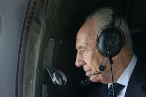 President Shimon Peres receives an early 90th Birthday tribute during a Helicopter flight over Harod Valley when he discovers an image of himself created in a large field by members of Kibbutz Tel Yosef. ðùéà äîãéðä ùîòåï ôøñ æåëä ìäôúòú éåí äåìãú îå÷ãîú ëàùø îáéè îçìåï îñå÷å áîäìê èéñä îòì òî÷ çøåã åîâìä öéåø ùãä òð÷ áãîåúå îèòí çáøé ÷éáåõ úì éåñó.