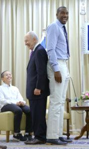 President Shimon Peres meets NBA player Amare Stoudemire at the Presidential Residence in Jerusalem. נשיא המדינה שמעון פרס נפגש עם שחקן הכדורסל מליגת ה-NBA, אמארה סטודמייר בבית הנשיא, ירושלים.