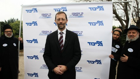 A meager show of support. Moshe Feiglin stands outside a Likud polling station in Jerusalem on January 31, 2012. (Photo credit: Kobi Gideon / Flash90)