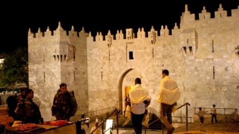 Religious Jews enter the Damascus Gate in Jerusalem on their way to the Western Wall on Yom Kippur (photo credit: Sliman Khader/Flash90)
