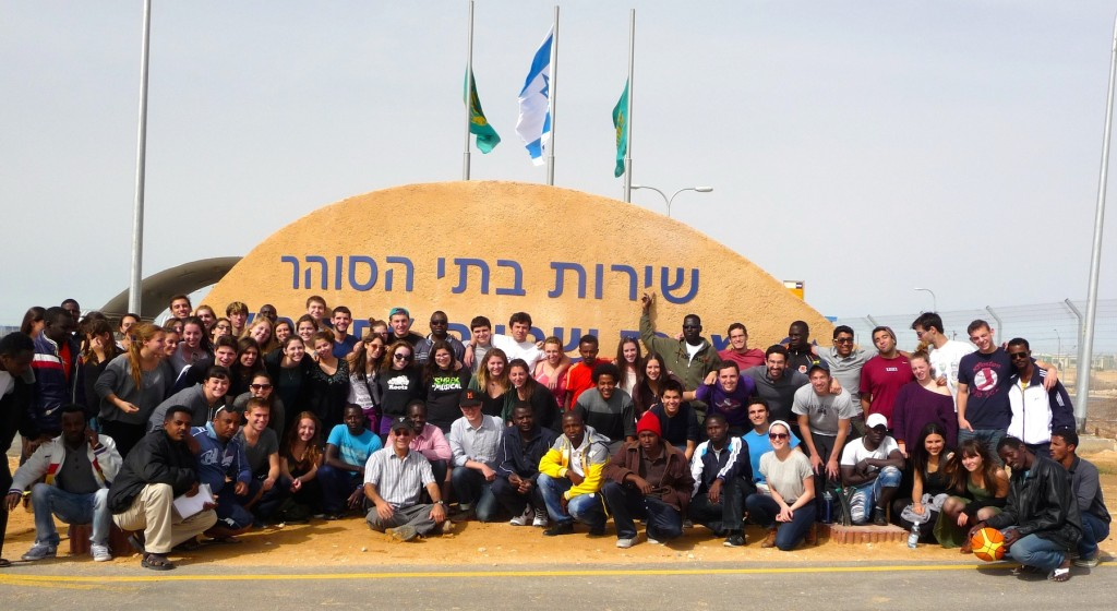 A KIVUNIM group at the Holot detention facility in March 2014. (Photo: Courtesy of KIVUNIM)