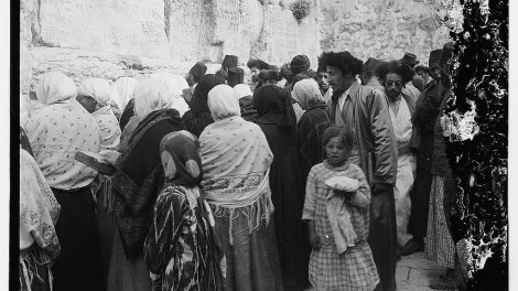 Women and men pray at the Kotel, 1917 Matson collection, Library of Congress