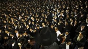 Thousands of Haredi men prepare for jumping jacks. (REUTERS/Ronen Zvulun | Parody)