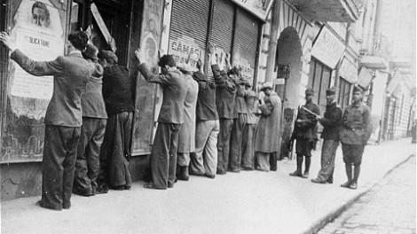 Description photograph depicting a part of a large-scale action against the Jews of Iaşi DateUnknown SourceCartea Neagră Authora unknown jurnalist Public Domain