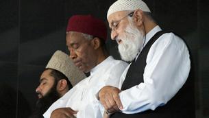 Muslims praying (Photo: Claudia Henzler)