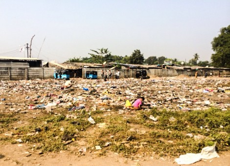 The view while walking on the road from the train into the slum