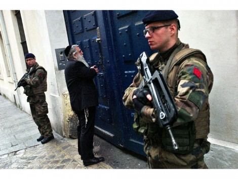 french-soldiers-secure-the-access-to-a-jewish-school-in-par