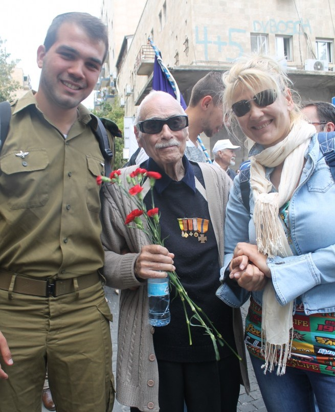 WW2 veteran Claude Karubi with his grandson Menachem, a combat soldier in the IDF
