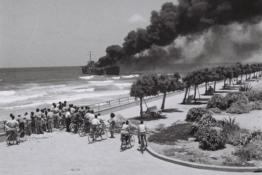 Altalena_off_Tel-Aviv_beach