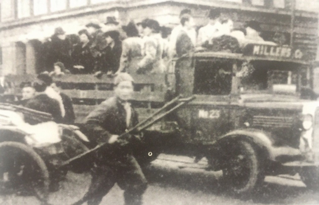 Volunteers driving refugees to one of the processing centers (Photo Credit: CC - BY Shanghai Jewish Refugees Museum)