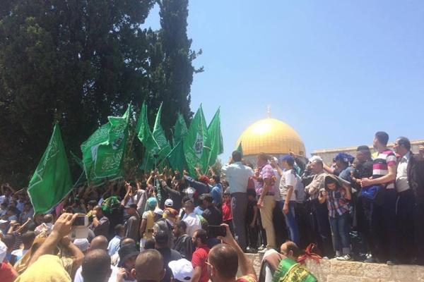 Bandeiras do Hamas são vistas em manifestação dentro da Explanada das mesquitas.
