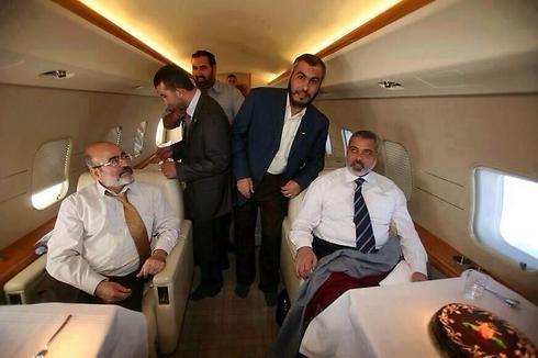 Líder do Hamas em Gaza, Haniyeh (direita) no avião em avião particular. ( Foto não foi tirada em Gaza)