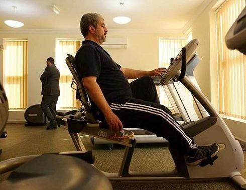 Líder supremo do Hamas, Khaled Mashal, fazendo ginastica em sua academia particular em sua residência, no Qatar.