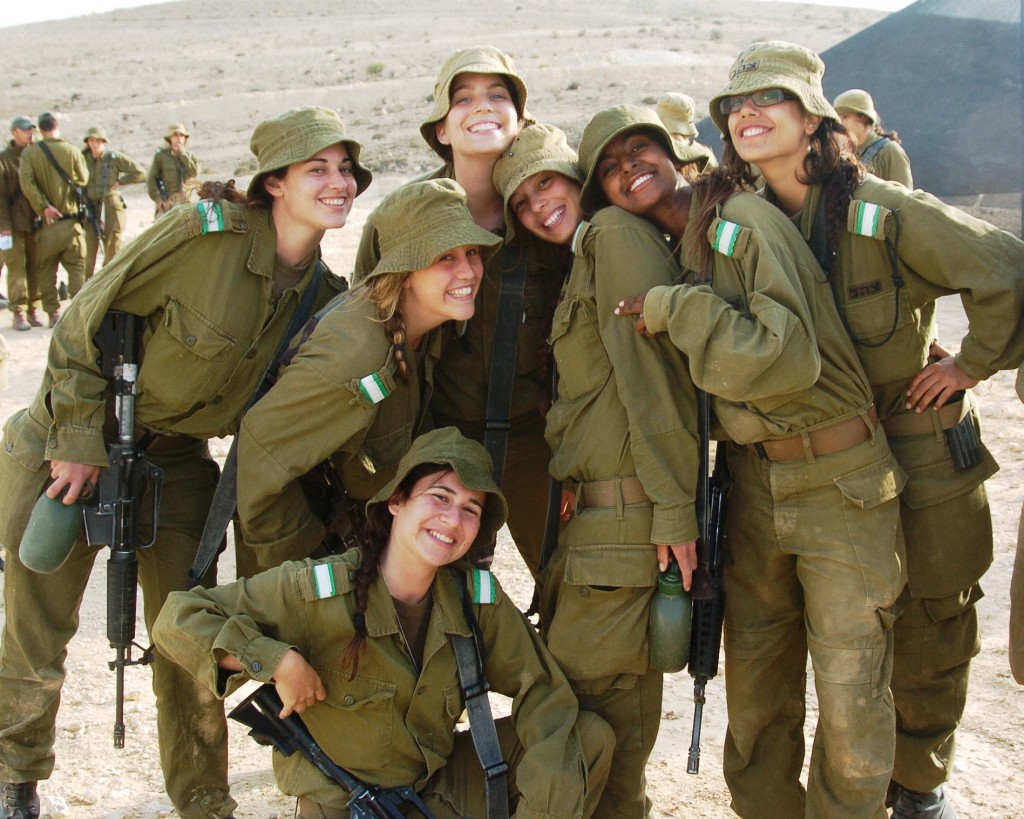 Flickr_-_Israel_Defense_Forces_-_Female_Soldiers_Take_a_Break_in_the_Desert_Sun