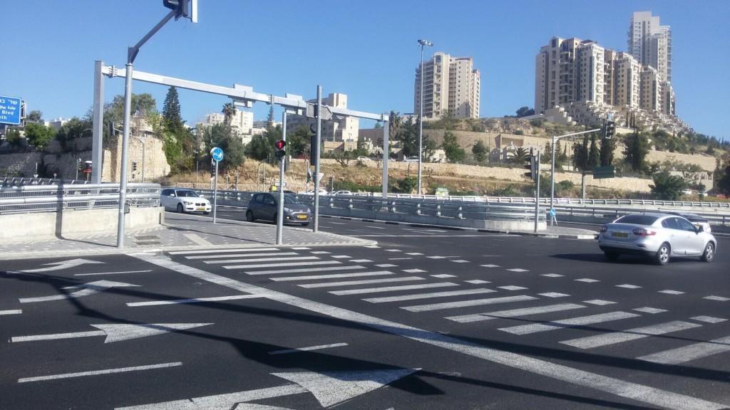 crosswalk spanning multiple lanes to malha