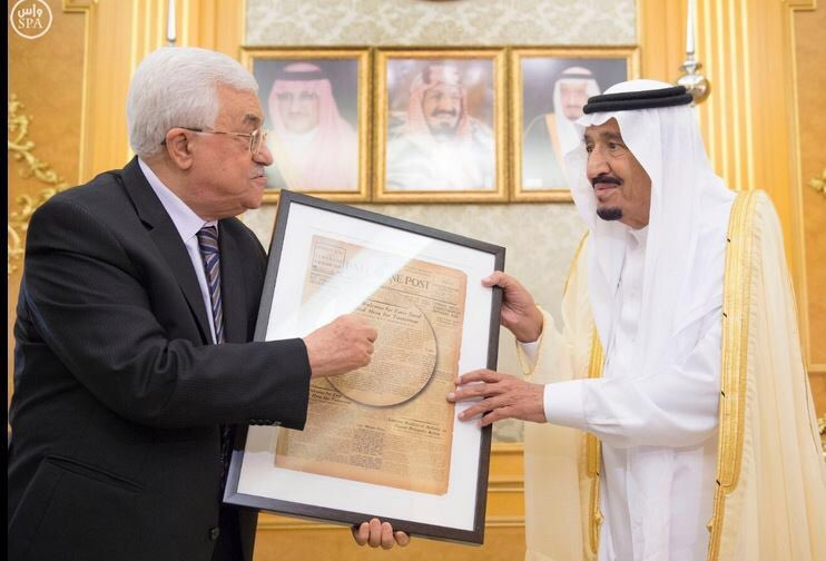 Mahmoud Abbas presents Saudi King Salman with a framed front page of the Palestine Post during a meeting at the Saudi Red Sea resort of Jeddah, June 18, 2016 (Twitter)