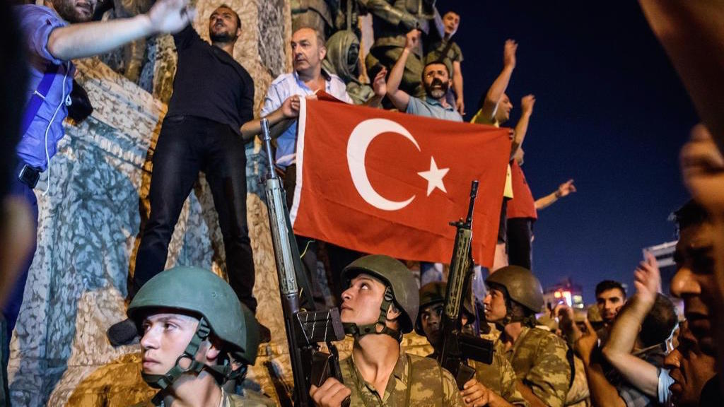 Turkish soldiers stand in Taksim Square in Istanbul as people protest against the military coup on July 16, 2016. ( AFP PHOTO/OZAN KOSE)