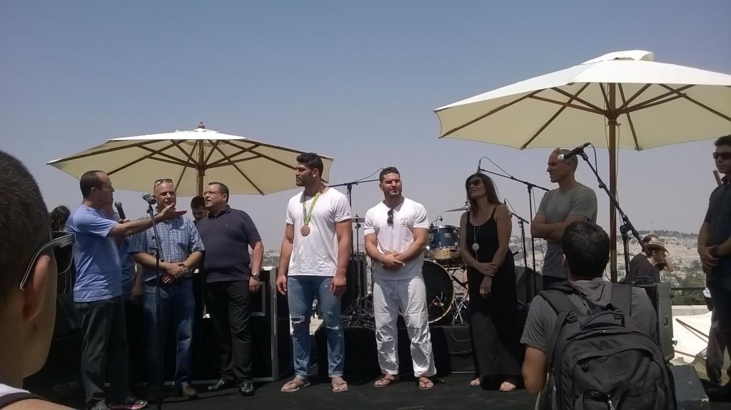 Mayor Nir Barkat thanking Uri Sasson for visiting the Armon HaNatziv neighborhood