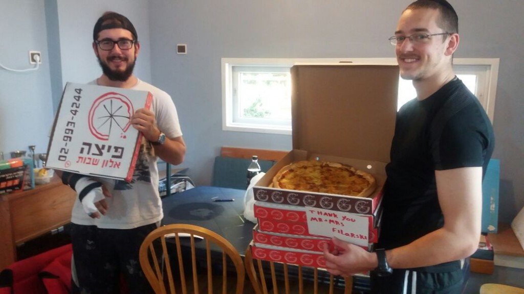 Lone soldiers enjoy slices of pizza in Beit Shemesh