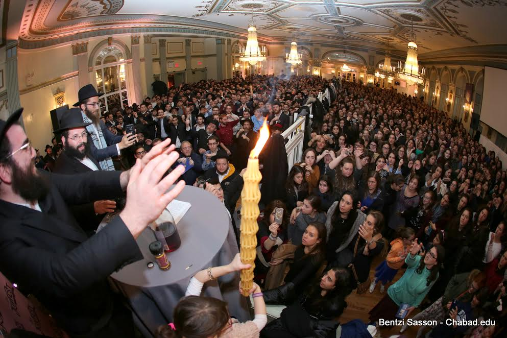 Over 1200 college students from around the world gather for Havdalah at the 13th annual Chabad on Campus International student shabbaton in NY.