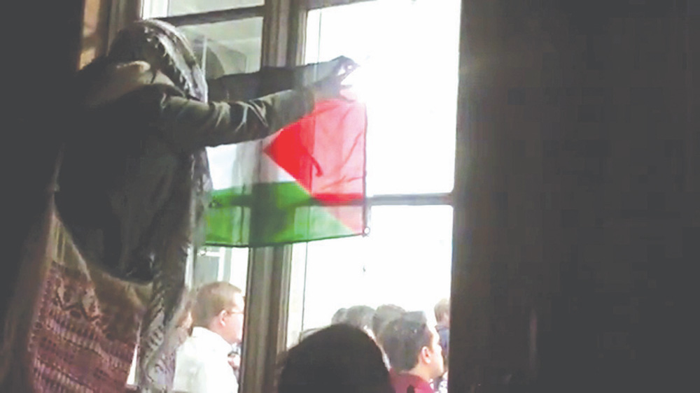 Students banging on windows and disrupting an Israeli speaker at King's College London