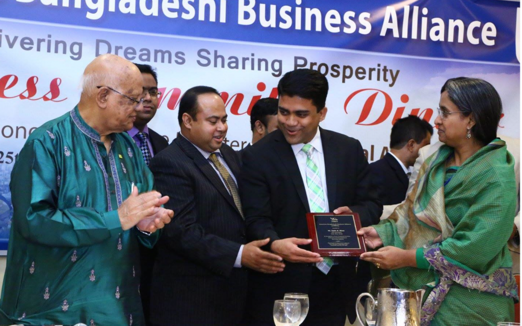Zakir Khan receives award from several ministers of Bangladesh.