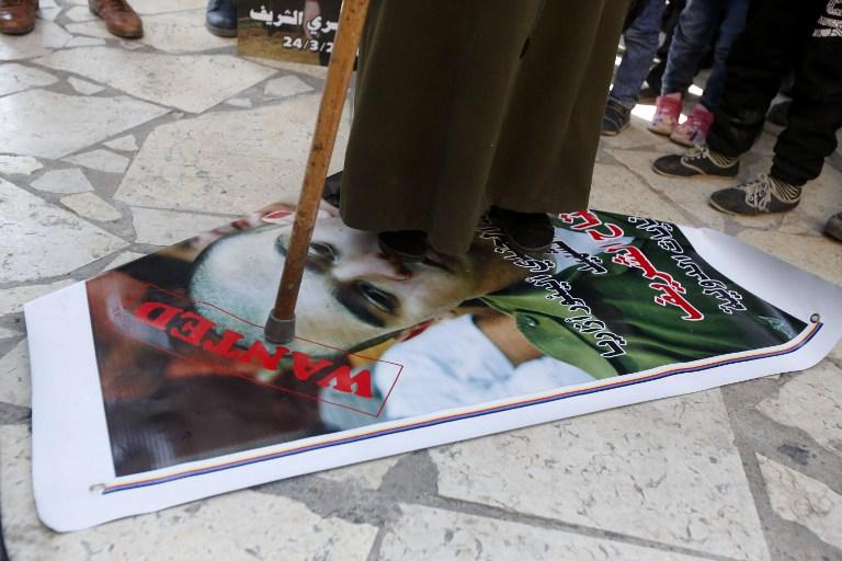 Palestina pisa na foto de Azaria em um protesto na Cisjordânia durante o Julgamento. Crédito: AFP/Hazem Bader
