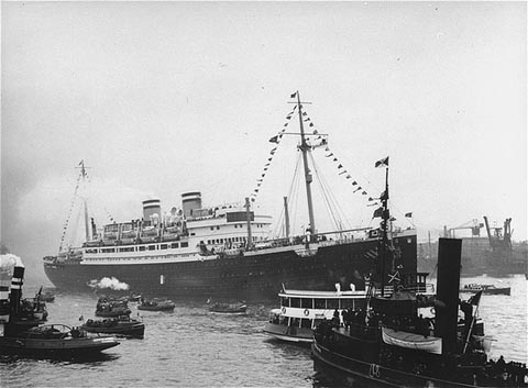 SS St. Louis surrounded by smaller vessels in its home port of Hamburg (Public domain)