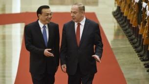 O primeiro-ministro Benjamin Netanyahu conversa com o primeiro-ministro chinês Li Keqiang durante uma cerimônia de boas-vindas no Grande Salão do Povo de Pequim, 20 de março, 2017. Foto: AFP/Wang Zhao