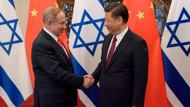 O primeiro-ministro Benjamin Netanyahu e o presidente da China, Xi Jinping, apertam as mãos antes da conversa oficial no Diaoyutai State Guesthouse, em Pequim, 21 de março, 2017. Foto: AFP Photo/Pool/Etienne Oliveau)