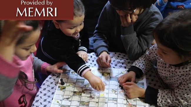 Crianças jogando 'Alcançando Jerusalém', uma versão do jogo de tabuleiro 'Escadas e Serpentes' feita pelo Hamas. Foto: MEMRI