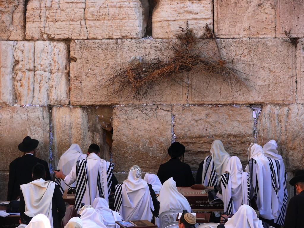 Jews-pray-in-the-Western-Wall-1