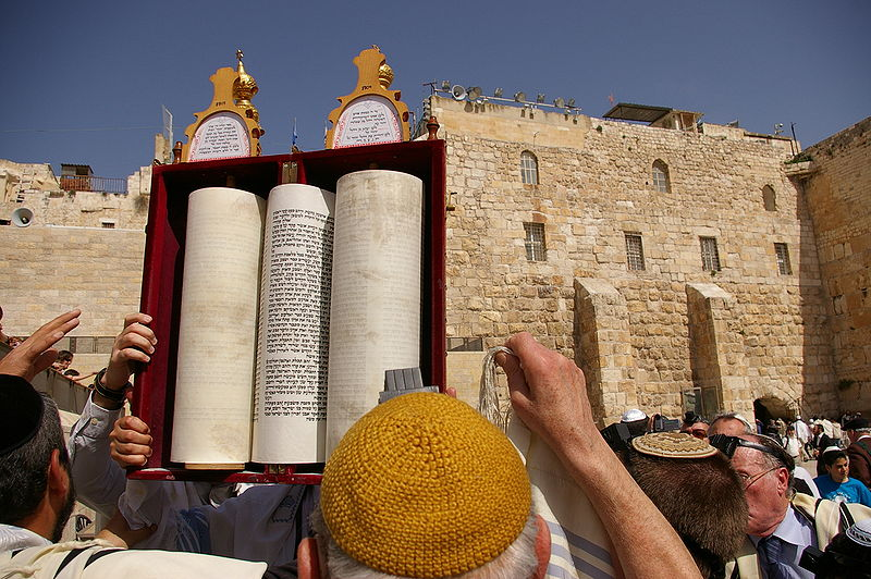 Français : Sefer Torah durant une bar-mitzwah au Mur AuthorOlevy