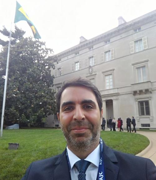 Selfie na entrada da embaixada em Washington, DC.
