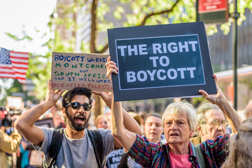 Demonstrators outside the offices of New York Gov. Andrew Cuomo protesting his executive order calling for New York companies to divest from organizations that support the BDS movement, June 9, 2016. (Erik McGregor/Pacific Press/LightRocket/Getty Images)