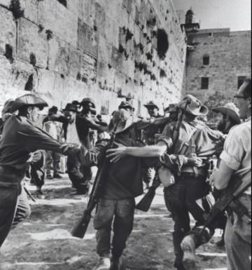 Soldados dançando em frente ao Kotel após a liberação de Jerusalém. Credit: Warner Brown KKL-JNF PhotoArchive