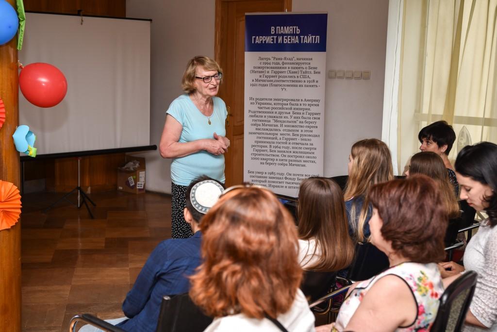 Gila Katz, head of Midreshet Yerushalayim, speaks to seminar participants.