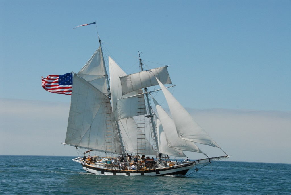Amazing_Grace_Tall_Ship_sailing_in_Pacific_Ocean