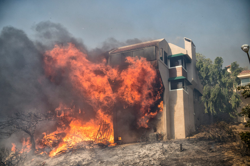 photo of a large home on Cobblestone Dr. in Ventura, CA., burns to the ground
