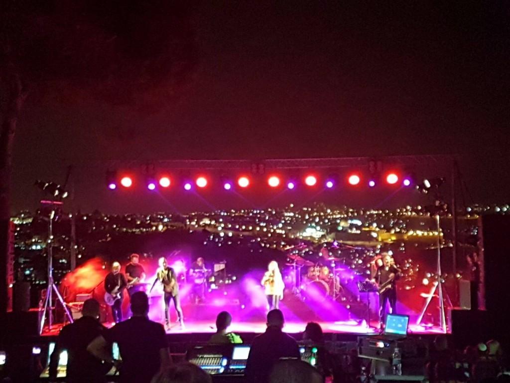 "Shiri Maimon and Shimon Bouskila perform on the Haas Promenade, October 2, 2017 (Photo: Facebook, מינהל קהילתי תלפ""ז וארנונה הצעירה)"