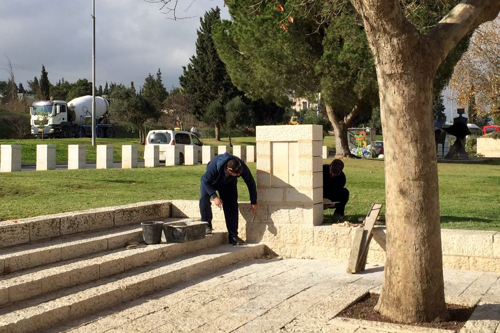 Workmen erect the memorial for the victims of the January 2017 truck ramming attack (Shira Pasternak Be'eri)