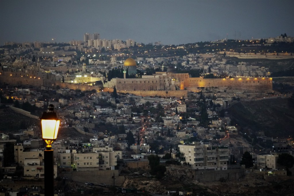 The Western Wall awash in white light, as night descends on the Tayelet (Courtesy: Eliezer Be'eri)