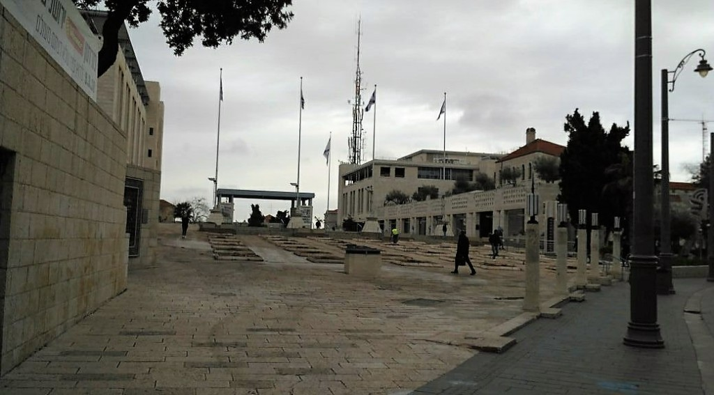 Safra Square on January 24, 2018, the morning after the palm trees in the courtyard were cut down (Photo: Yanai Apelbaum, עירוניות מתחדשת בישראל, Facebook)